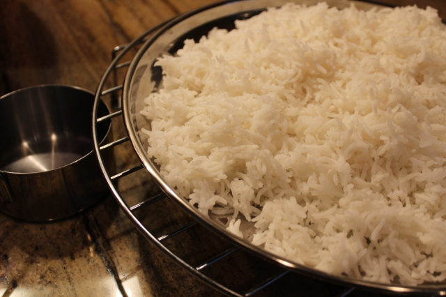 Spread cooked rice to cool